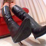 ブーツを生脚履きしてプ~ンと激臭がする蒸れた足裏を徹底消臭する匂いフェチ動画